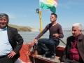 Im Landungsboot beim Übersetzen über den Tigris vom Irak nach Syrien. Die Flagge der kurdischen Regionalregierung im Nordirak schmückt das Boot (Foto: Dyfed Loesche)