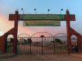 Eingangstor zum Friedhof der Märtyrer in Qamishli, der größten Stadt Rojavas im Nordosten Syriens (Foto: Loesche)