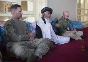Dyfed Loesche (r.) in der Moschee des Bergdorfes Schatowri in der Provinz Paktika im Südosten Afghanistans (Foto: Heimken)