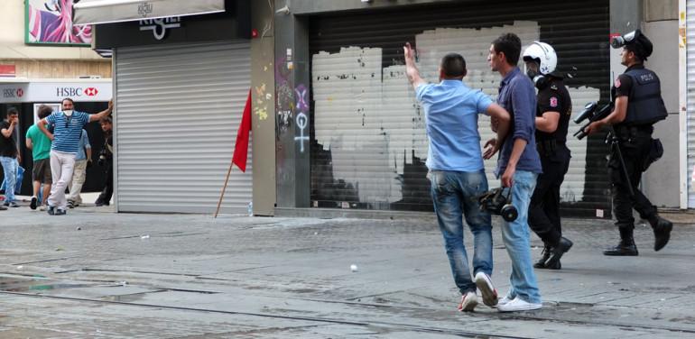 Ein Mann lässt seinen Unmut über die Demonstranten auf der Istiklal Caddesi im Juli Istanbul freien Lauf (Foto: Dyfed Loesche)