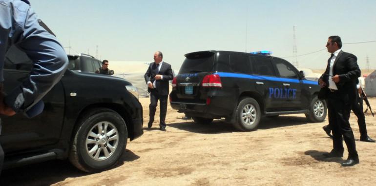 Hoher Besuch im Flüchtlingslager Khasair zwischen Erbil und Mossul im Nordirak: Oppositionspolitiker Ahmed Chalabi reist mit einer ganzen Wagenkolonne an (Foto: Loesche)